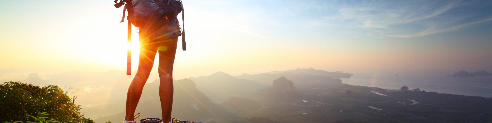 mulher no cimo de montanha