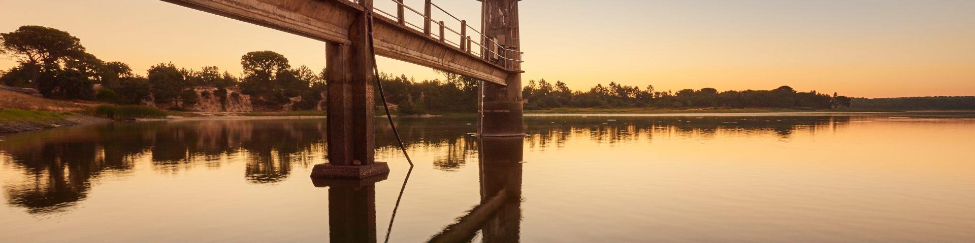entrada da barragem ao nascer do sol