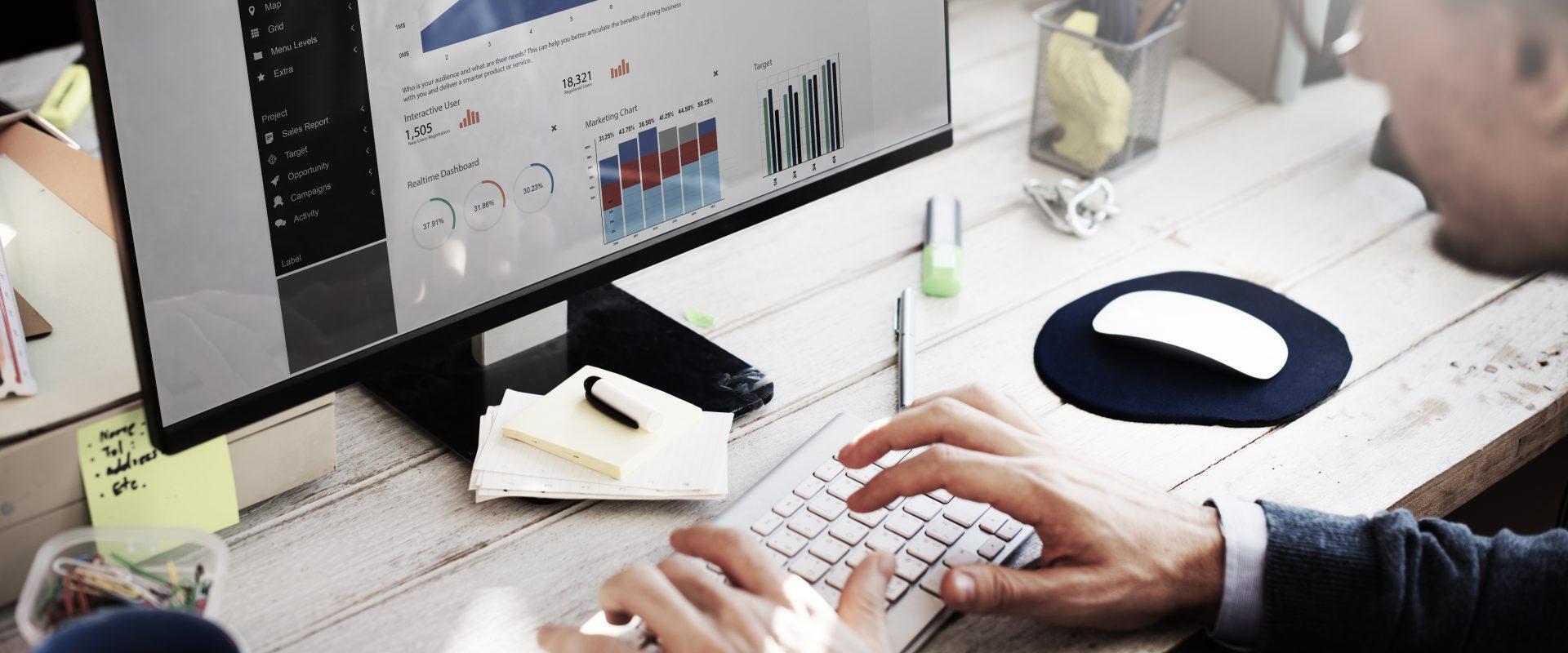 homem a trabalhar em trafego num computador