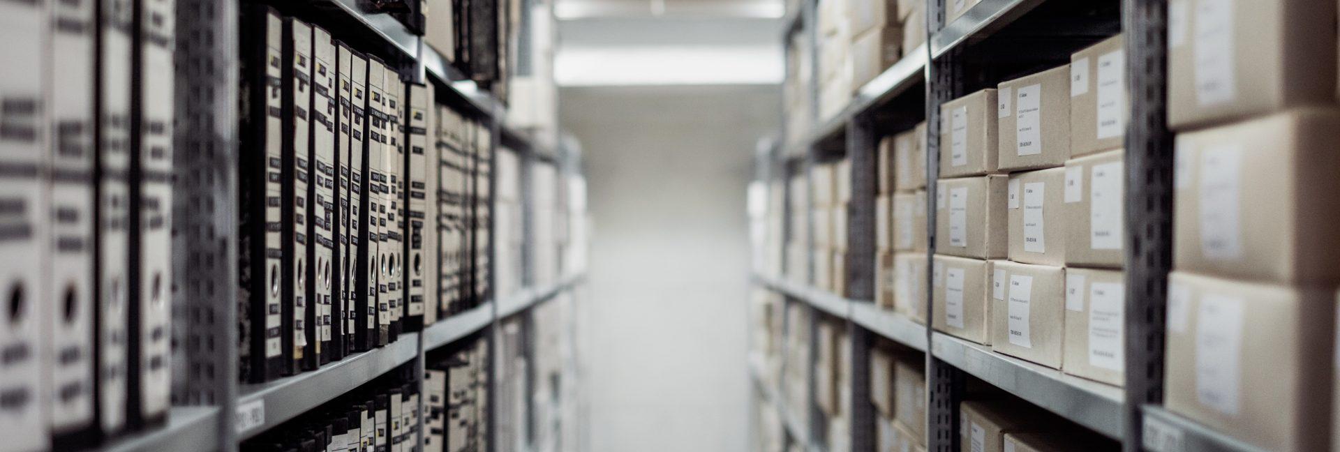sala de arquivos em caixas organizadas