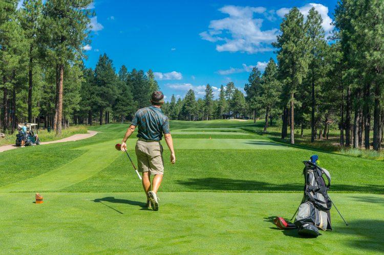 homem a jogar golf na quinta da ponte algarve