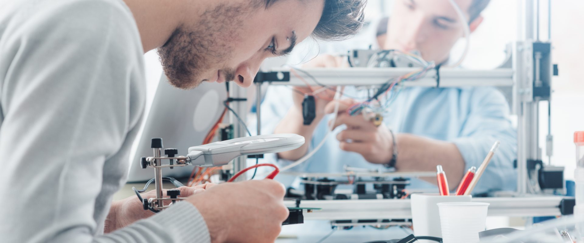 laboratório engenharia com dois colaboradores