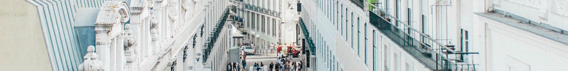 rua de lisboa cheia de gente