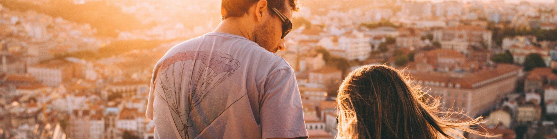 um casal a ver o por do sol