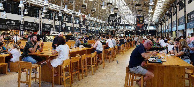 mercado da ribeira cheio de turistas lisboa